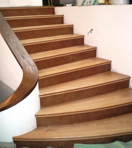 Jasanové schodiště,mořené podstupnice