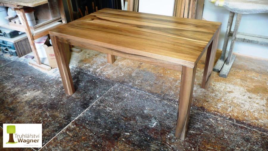 Stůl ořech